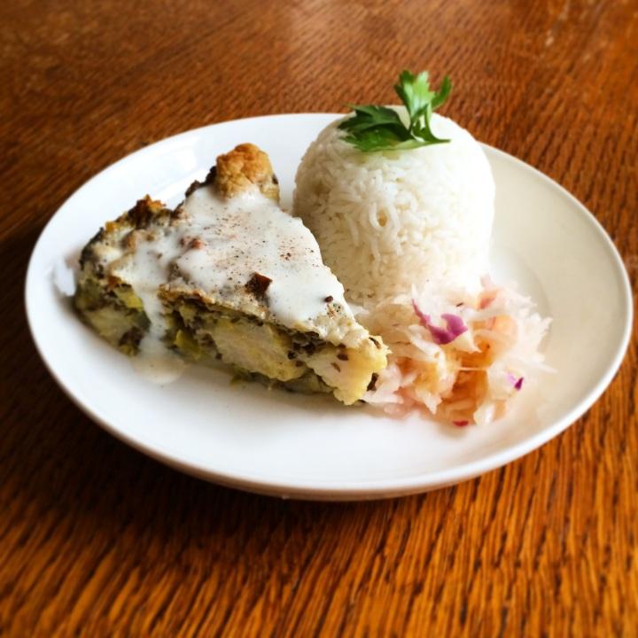 Bloemkooltaart met champignong en lijnzaad geserveerd met raapsalade en basmatirijst